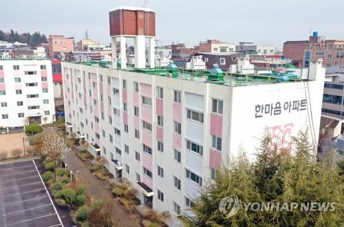 This photo taken on March 7, 2020, shows an apartment complex in Daegu where 46 residents tested positive for the new coronavirus. (Yonhap)