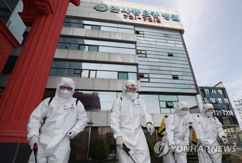 (5th LD) S. Korea wary of cluster, imported infections amid sign of declining new cases