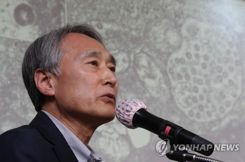 Oh Myoung-don, head of the country's central clinical committee for emerging disease control, speaks during a press conference on April 29, 2020. (Yonhap)