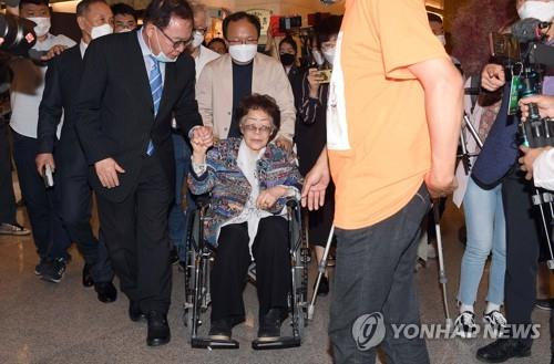 Lee Yong-soo, a former wartime sexual slavery victim, leaves a hotel in Daegu, 302 kilometers southeast of Seoul, after an emotional press conference on May 25, 2020. (Yonhap)