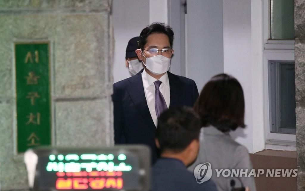 Samsung Electronics Vice Chairman Lee Jae-yong leaves the Seoul Detention Center in Uiwang, south of Seoul, on June 9, 2020, after a court denied the issuance of an arrest warrant. (Yonhap)
