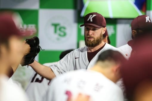 Eric Jokisch of the Kiwoom Heroes is greeted by his teammates in the dugout during a Korea Baseball Organization regular season game against the Samsung Lions at Gocheok Sky Dome in Seoul on July 9, 2020, in this photo provided by the Heroes. (PHOTO NOT FOR SALE) (Yonhap)