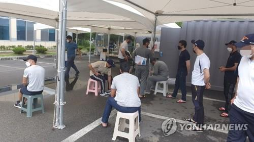 Foreigners wait to take COVID-19 virus tests at a clinic in Cheongju, 137 kilometers southeast of Seoul, on Aug. 5, 2020. (Yonhap)