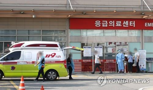 Citizens walk in front of a general hospital in Seoul on Aug. 26, 2020. (Yonhap)