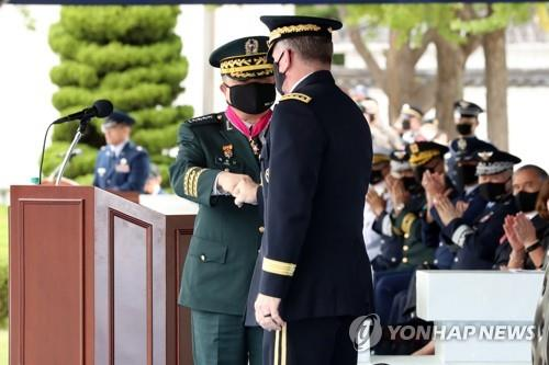 South Korean Joint Chiefs of Staff Chairman Gen. Park Han-ki (L) bumps his fist with U.S. Forces Korea Commander Gen. Robert Abrams during an honor guard ceremony held in Seoul on Sept. 17, 2020. (Yonhap)
