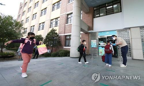 (2nd LD) Students in greater Seoul return to school as virus slows, learning gap widens