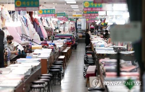 "Shoppers are scarce at a mall of ""hanbok"" stores within Seomun Market, the largest traditional market in Daegu, southeastern South Korea, on Sept. 22, 2020, despite the approach of the Chuseok holiday. (Yonhap)"