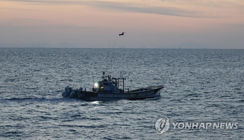 A South Korean fishing boat leaves the western border island of Yeonpyeong on Sept. 26, 2020. A South Korean official was killed by North Korean soldiers in the North's waters near the de facto maritime border on Sept. 22. (Yonhap)