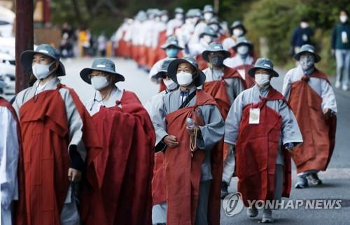 Buddhist monks wearing face masks march at an event in Daegu on Oct. 7, 2020. (Yonhap)