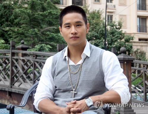 The file photo shows singer Yoo Seung-jun during an interview with Yonhap News in Beijing, China, in 2010. (Yonhap)