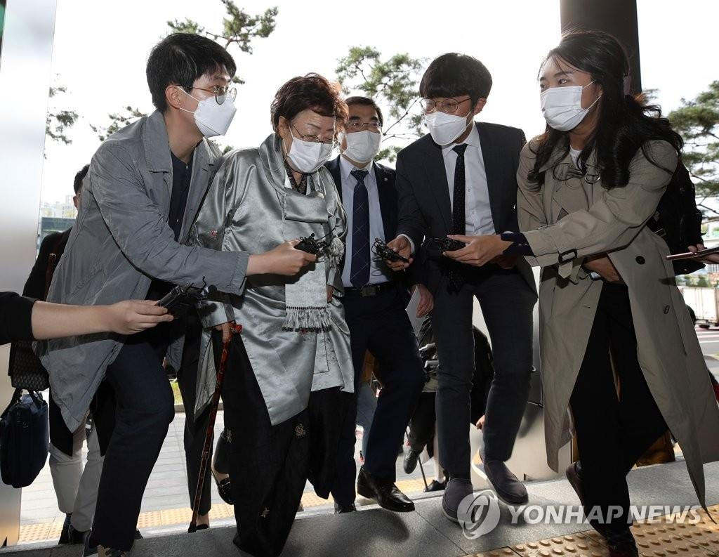 Lee Yong-soo, one of the surviving victims of the Japanese military sexual slavery during World War II, enters the Embassy of Germany in Seoul to deliver her hand-written letter on Oct. 14, 2020. (Yonhap)