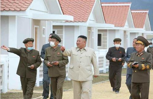 North Korean leader Kim Jong-un (C) visits South Hamgyong Province to inspect recovery work from recent back-to-back typhoons, in this photo disclosed by the Rodong Sinmun, the official newspaper of the country on Oct. 15, 2020. (For Use Only in the Republic of Korea. No Redistribution) (Yonhap)
