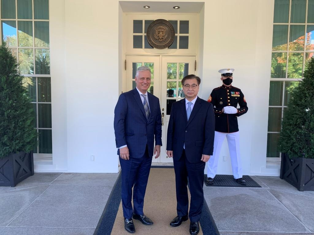Suh Hoon (R), director of Cheong Wa Dae's national security office, and his White House counterpart Robert O'Brien pose for photos outside the White House in Washington on Oct. 14, 2020, in a photo posted on the U.S. National Security Council's Twitter account. (PHOTO NOT FOR SALE) (Yonhap)