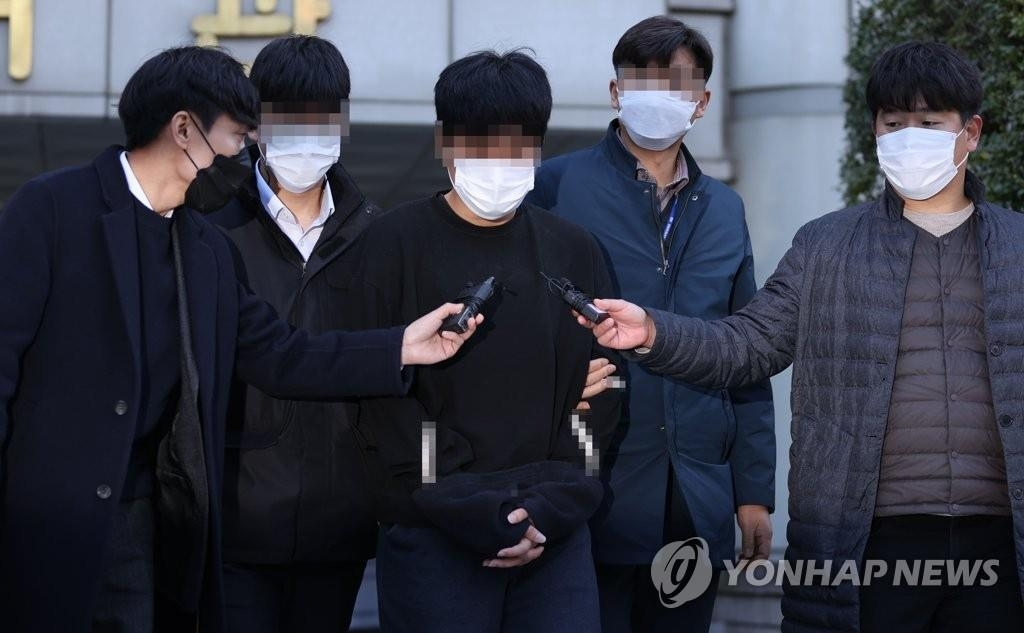 Son Jong-woo (C) leaves the Seoul Central District Court after attending a hearing on a pre-trial arrest warrant for him on Nov. 9, 2020. (Yonhap)
