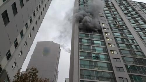 Black smoke billows from the 12th floor of an apartment building in the southeastern port city of Busan on Nov. 24, 2020, after the building was hit by a fire, in this photo provided by the Busan Metropolitan Fire and Disaster Headquarters. The fire, which broke out at around 6:50 a.m., left one resident dead and at least 12 others injured. (PHOTO NOT FOR SALE) (Yonhap)