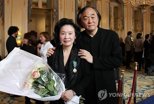 In this file photo taken April 5, 2011, pianist Paik Kun-woo (R) and actress Yun Jung-hee pose after Yun received a French cultural order, the Officier dans l'ordre des Arts et Lettres, in France. (Yonhap)