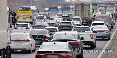 An expressway near Cheonan, 92 kilometers south of Seoul, is congested on Feb. 10, 2021, as people flock to their hometowns a day before South Korea begins the extended Lunar New Year holiday. (Yonhap)