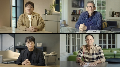 This screenshot, provided by Big Hit Entertainment and Universal Music Group on Feb. 18, 2021, shows (in clockwise, from top left) Big Hit Chairman and CEO Bang Si-hyuk; Universal Music Group Chairman and CEO Sir Lucian Grainge; John Janick, chairman & CEO at Interscope Geffen A&M; and Lenzo Yoon, CEO of Global & Business at Big Hit Entertainment. (PHOTO NOT FOR SALE) (Yonhap)