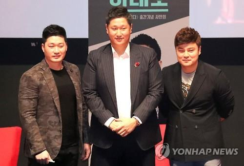 This file photo from Dec. 4, 2016, shows, from left, then St. Louis Cardinals pitcher Oh Seung-hwan, former Seattle Mariners first baseman Lee Dae-ho, and then Texas Rangers outfielder Choo Shin-soo, during a book launch in Busan, 450 kilometers southeast of Seoul. (Yonhap)