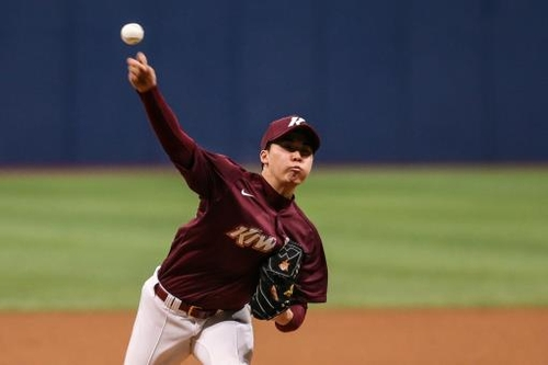 Jang Jae-young of the Kiwoom Heroes pitches in an intrasquad game at Gocheok Sky Dome in Seoul on March 3, 2021, in this photo provided by the Heroes. (PHOTO NOT FOR SALE) (Yonhap)