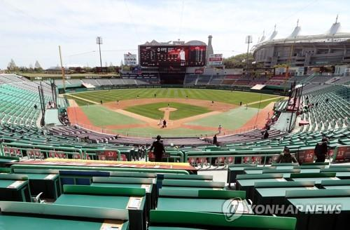 This file photo from April 21, 2020, shows SK Happy Dream Park in Incheon, 40 kilometers west of Seoul, during a Korea Baseball Organization spring training game between the home team SK Wyverns and the Kiwoom Heroes. The Wyverns have been sold and renamed SSG Landers, and the stadium will now be called Incheon SSG Landers Field. (Yonhap)