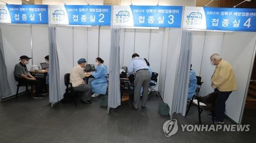 (LEAD) S. Korea begins inoculating elderly general public over 75