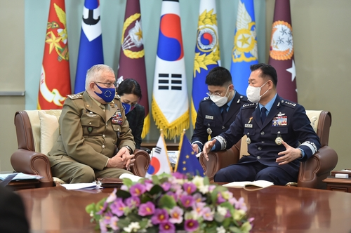 South Korea's Joint Chiefs of Staff (JCS) Chairman Gen. Won In-choul (R) speaks with Gen. Claudio Graziano, chairman of the EU Military Committee, in Seoul on April 7, 2021, in this photo provided by the JCS. (PHOTO NOT FOR SALE) (Yonhap)