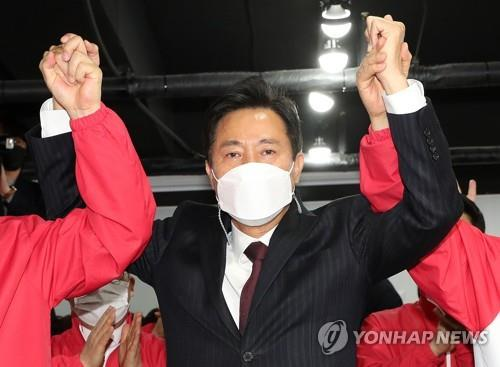 Oh Se-hoon celebrates the result of an exit poll at the headquarters of the main opposition People Power Party in Seoul on April 7, 2021. The joint exit poll by KBS, MBC and SBS showed Oh leading Park Young-sun of the ruling Democratic Party 59 percent to 37.7 percent in the by-election for the Seoul mayoral seat. (Yonhap)