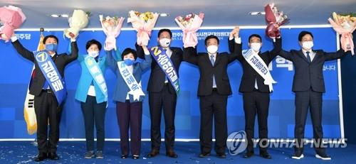Rep. Song Young-gil (C), floor leader Rep. Yun Ho-jung and the five new members of the top council celebrate the election of the new leadership of the Democratic Party during a party congress in Seoul on May 2, 2021. (Yonhap)