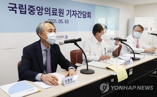 Oh Myoung-don (L), head of the country's central clinical committee for emerging disease control, speaks during a press conference in Seoul on May 3, 2021. (Yonhap)