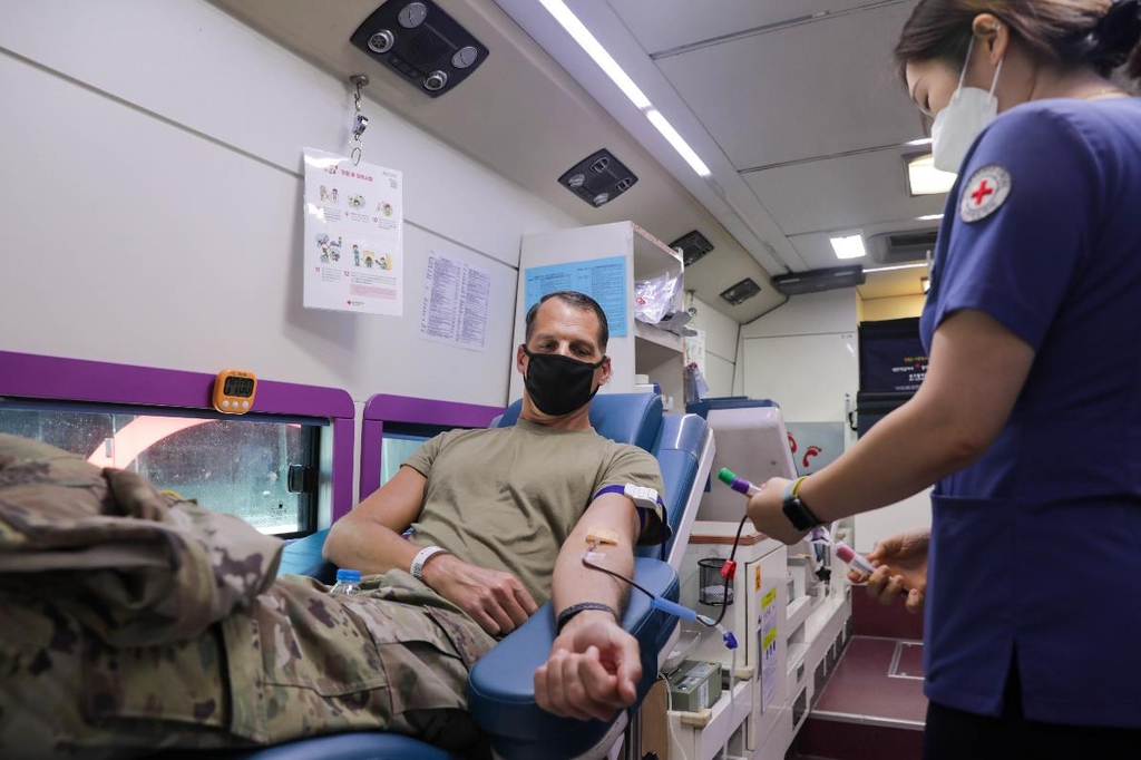 This photo provided by the U.S. Forces Korea (USFK) shows an American service member donating blood during at Camp Humphreys in Pyeongtaek, Gyeonggi Province, on July 21, 2021. (PHOTO NOT FOR SALE) (Yonhap)