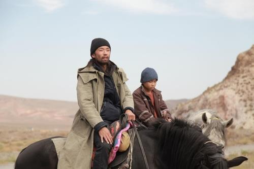 Cette image, fournie par le Festival international du film de Busan, montre une scène du film «The Horse Thieves. Roads of Time».