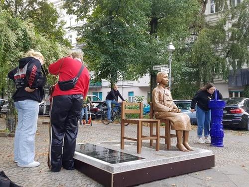 ベルリンに設置された「平和の少女像」=(聯合ニュース)