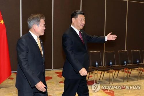 문 대통령 안내하는 시진핑 중국 국가주석