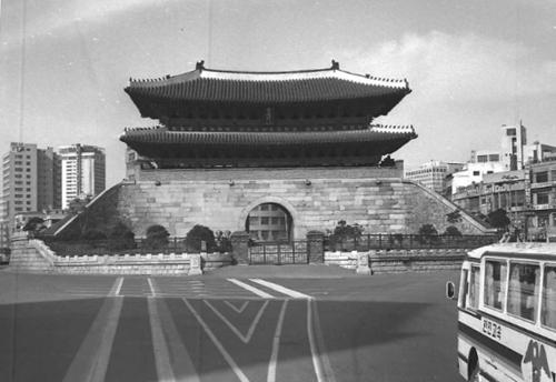 (서울=연합뉴스) 차도로 둘러싸인 1975년 숭례문.