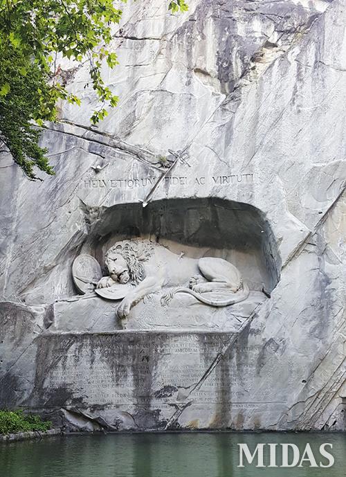 1792년 8월, 루이 16세와 마리 앙투아네트 왕비가 머물던 궁전을 지키다 전멸한 스위스 용병들을 기리기 위해 만든 '빈사의 사자상'.