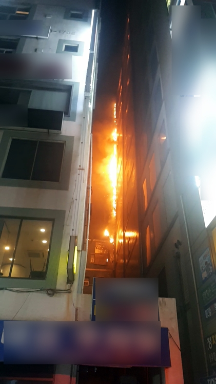건물 외벽따라 번지는 불