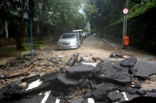 집중호우로 리우 시내 도로의 아스팔트가 파헤쳐졌다. [국영 뉴스통신 아젠시아 브라질]