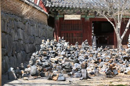 천왕문 앞의 돌탑 [사진/전수영 기자]