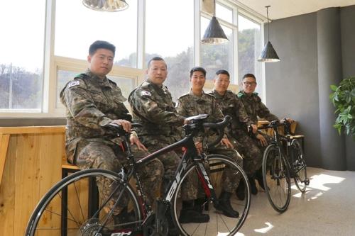 21사단 포병연대 '운기봉' 회원들