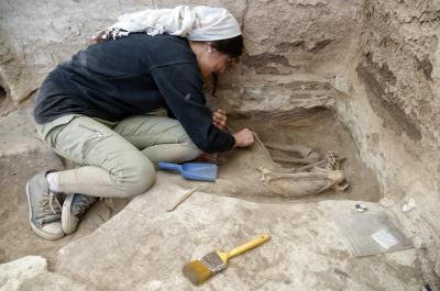 차탈회위크 유적에서 성인 유골을 발굴 중인 고고학자