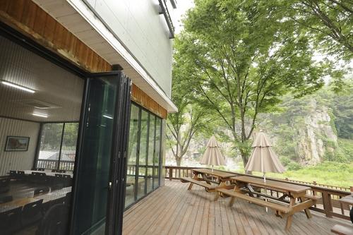 기암절벽을 마주한 식당 [사진/성연재 기자]