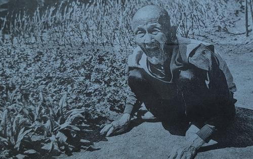 1937년 만주로 집단 이주했다는 조선인. 이주 초기에 흙으로 쌓는 성채 공사에 동원됐다가 허리를 다쳐 만년에 하반신을 못 쓰게 됐다고 한다. 2003년 지린성에서 촬영. [출처 도쿄신문]