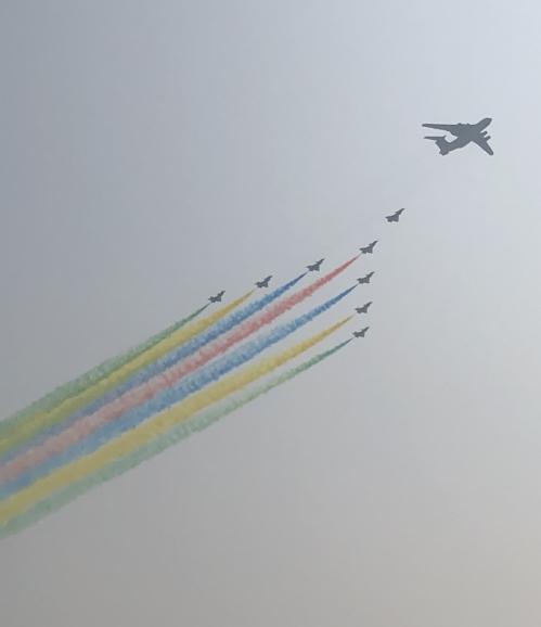 1일 중국 열병식에서 전투기 편대가 색색 연기를 뿜으며 베이징 하늘을 날고 있다.(베이징=연합뉴스) 김윤구 특파원