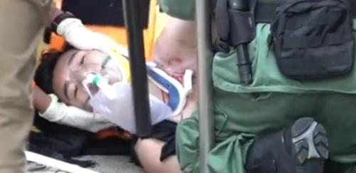 홍콩 경찰이 쏜 실탄에 쓰러진 시위대
