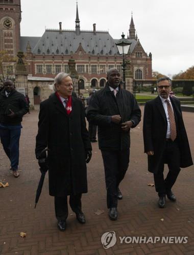 네덜란드 헤이그의 국제사법재판소에 미얀마를 제소하고 떠나는 감비아 대표단