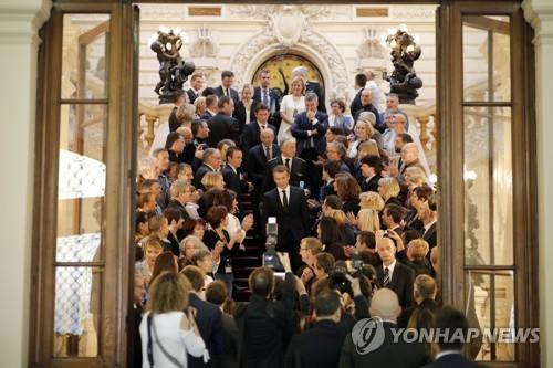 취재진에 둘러싸인 마크롱 프랑스 대통령