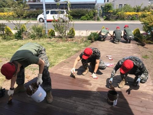 애서원 외관 정비를 하고 있는 해병대 9여단 김기용 상사와 대원들