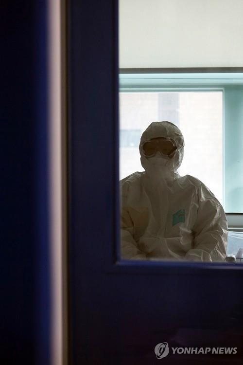 서울대병원 음압병실에서 나오는 의료진