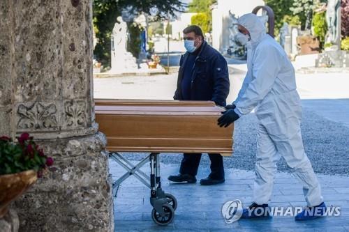 코로나19 사망자 몰려드는 이탈리아 공동묘지